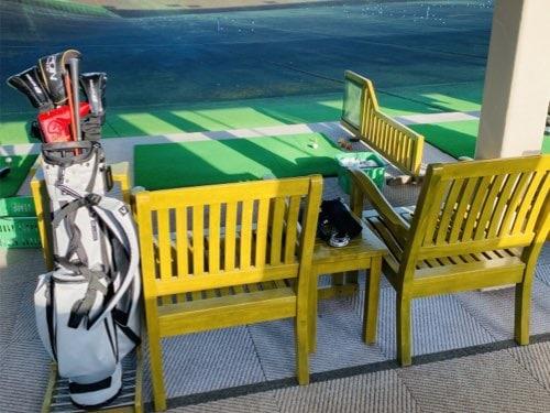井山ゴルフ練習場のベンチ