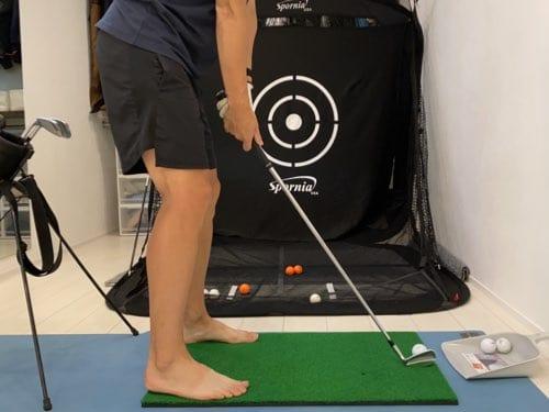 自宅でゴルフ練習の様子